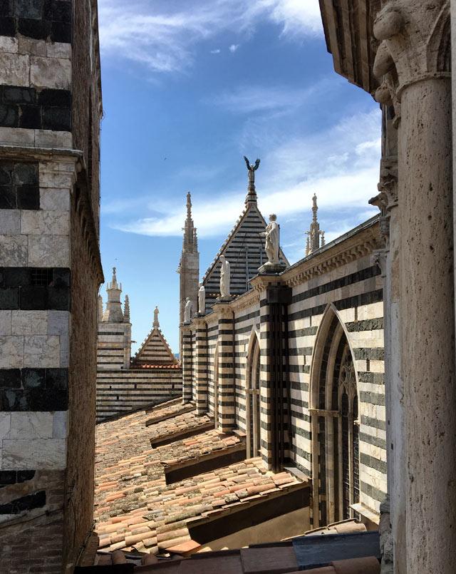 Cosa vedere a Siena? Non perderti il Duomo con la Porta del Cielo con vista su Siena