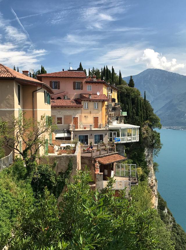 Pieve di Tremosine è costruita sul ciglio di rocce a picco sul Lago di Garda