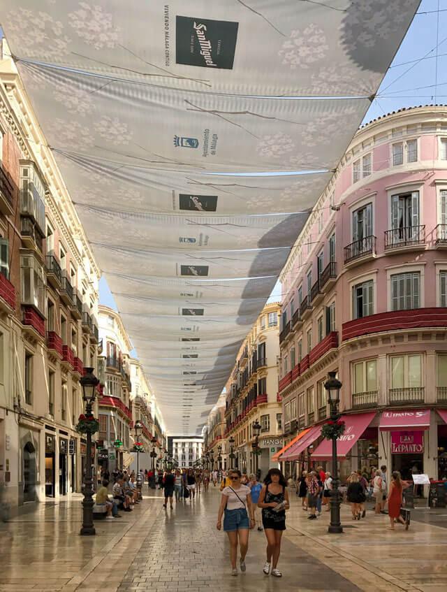 Calle Marqués de Larios è la principale via commerciale di Malaga con palazzi colorati