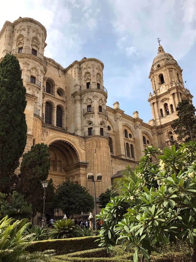 La Cattedrale di Malaga ha accanto un giardino esotico con fontane e frangipani