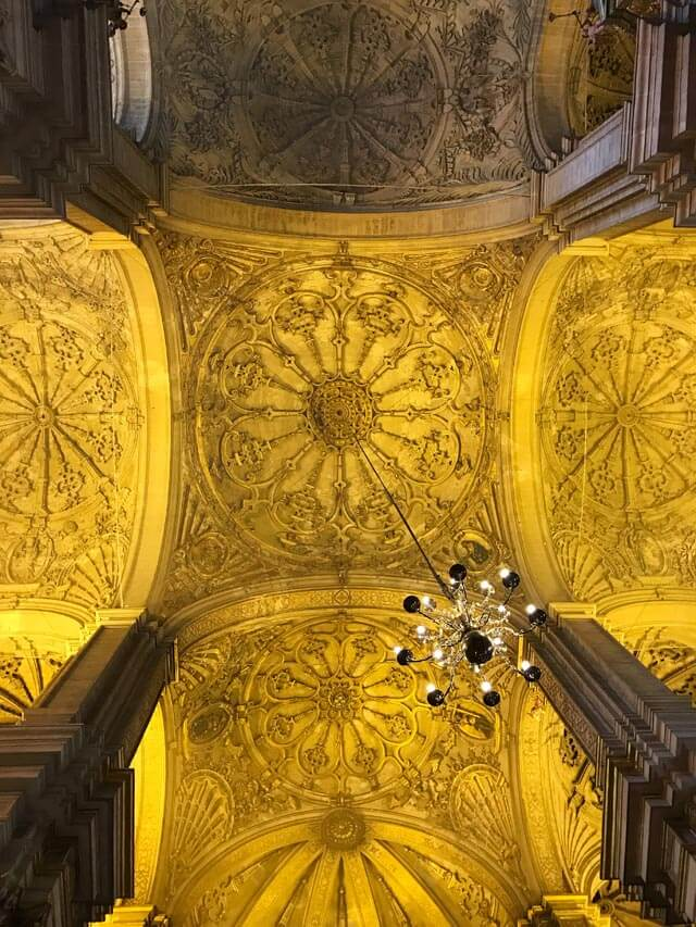 La maestosa Cattedrale di Malaga ha cupoline della volta in stucco dorato