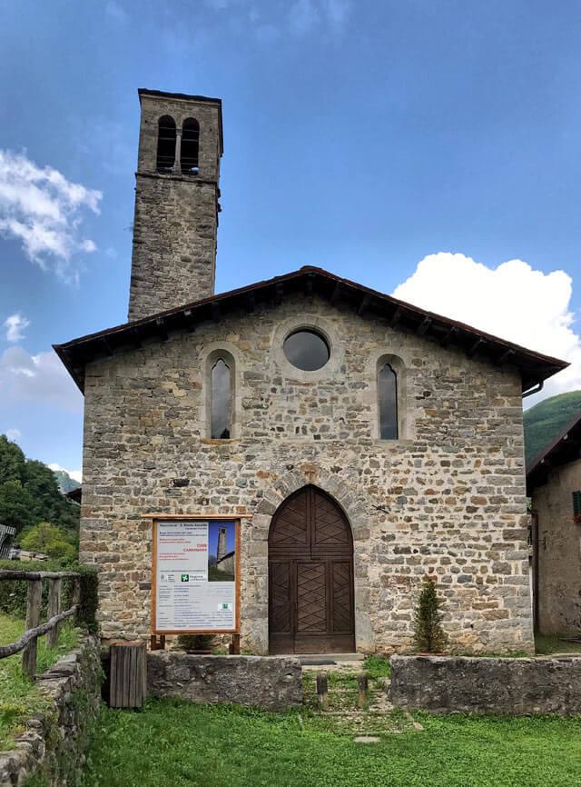 La Chiesa dei santi Cornelio e Cipriano di Cornello dei Tasso ha il campanile storto