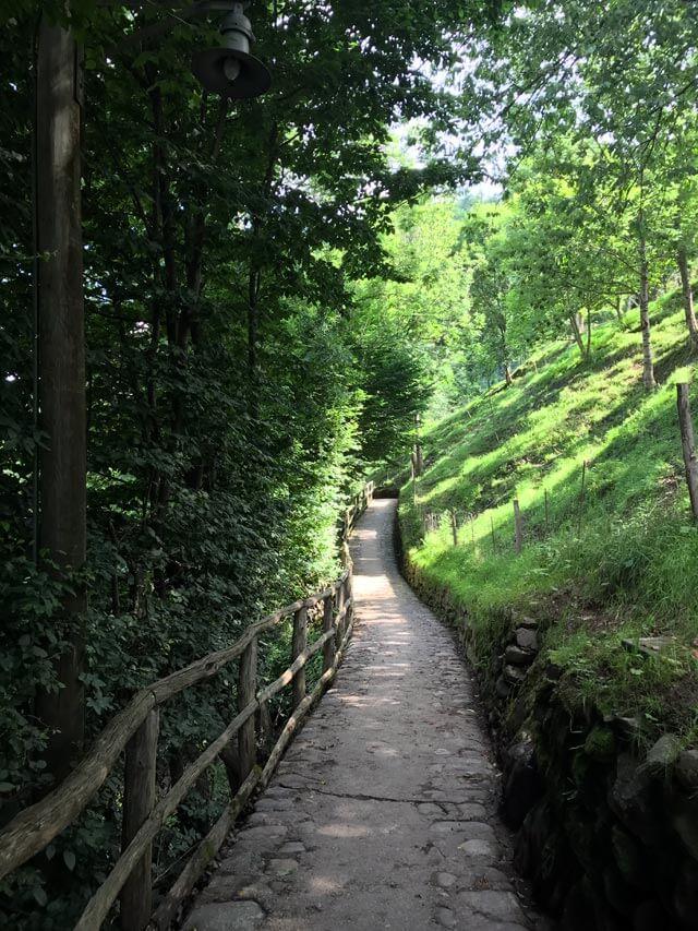 Il borgo di Cornello dei Tasso si raggiunge solo a piedi tramite un sentiero