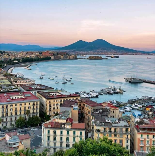 Cosa fotografare a Napoli? @marescuro su Instagram ci riempie di panorami e tramonti