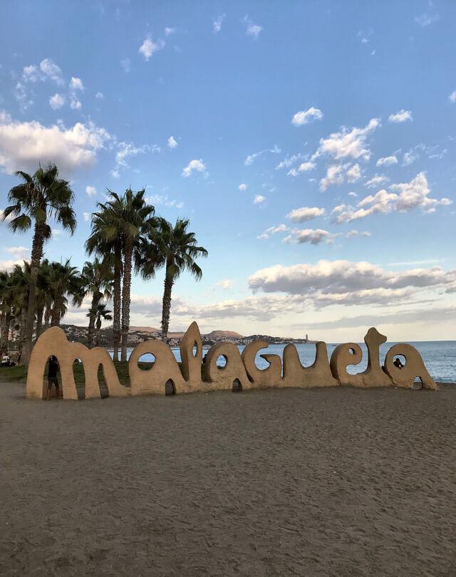 """La scritta """"Malagueta"""" si trova sulla spiaggia omonima in centro a Malaga"""
