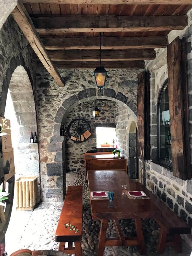 Il borgo di Oneta in Valle Brembana ha un fascino rustico dato da pietra e legno