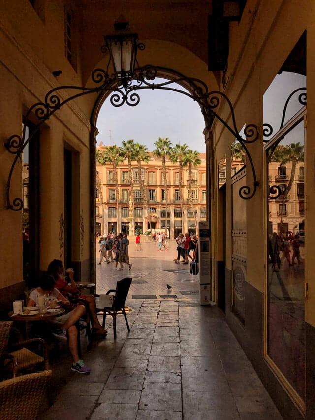 Il Pasaje Chinitas in Plaza de la Constitución è un angolo storico di Malaga