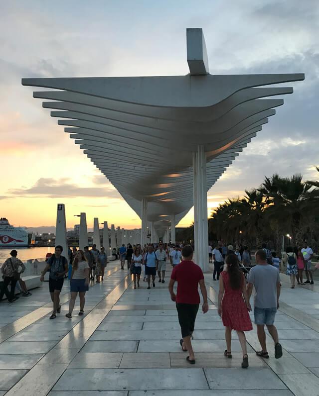 Il lungomare del Muelle Uno con la Pérgola Zigzagueante è da vedere a Malaga