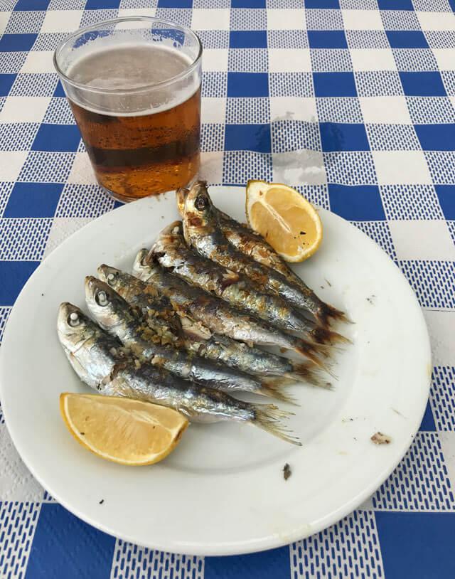 Le sardine alla brace sono un piatto tipico di Malaga