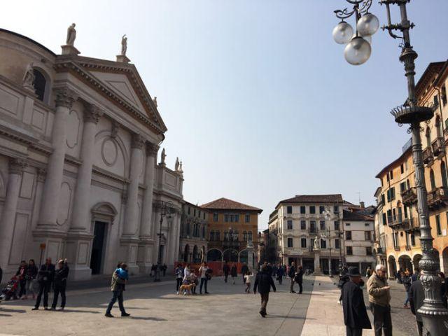 Piazza Libertà a Bassano del Grappa ha l'affascinante impronta veneta