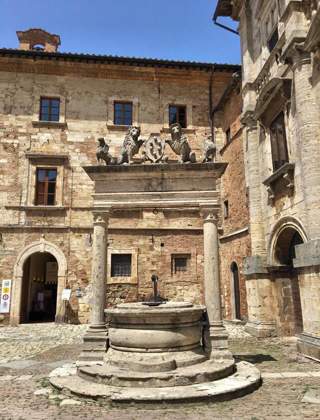 pozzo-in-pietra-in-piazza-grande-a-montepulciano-toscana-di-antonio-da-sangallo-il-vecchio-rinascimento