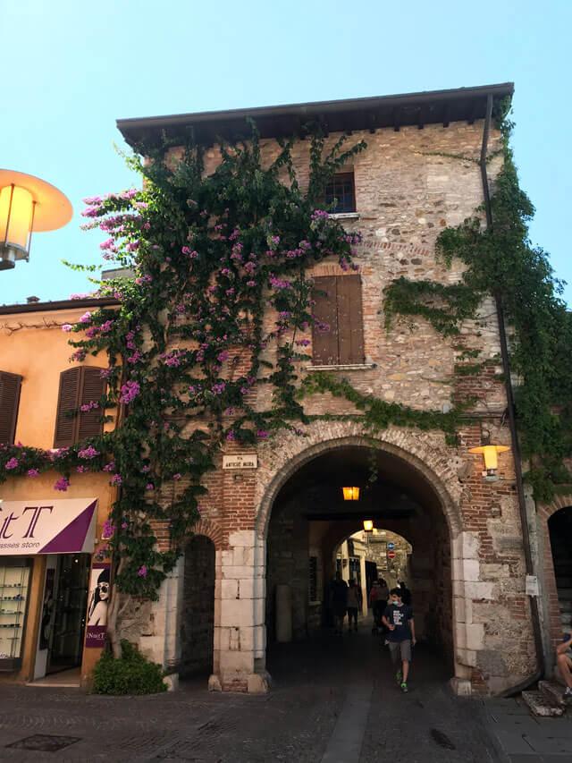 Il centro storico di Sirmione sul Lago di Garda è pieno di angoli pittoreschi da vedere