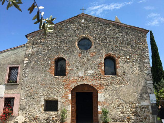 La chiesa di San Pietro in Mavino è da vedere a Sirmione