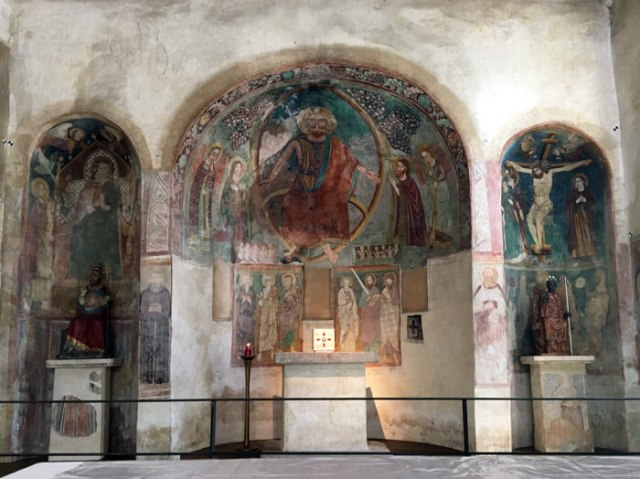 La chiesa di San Pietro in Mavino di Sirmione ha magnifici affreschi in stile romanico