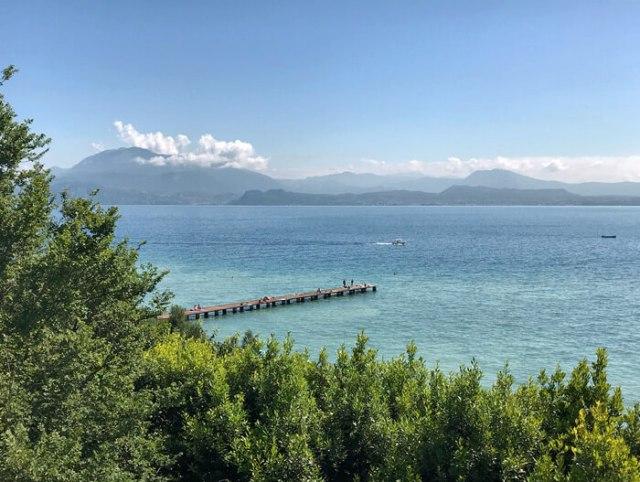 Vista del pontile del Lido delle bionde a Sirmione nel Lago di Garda