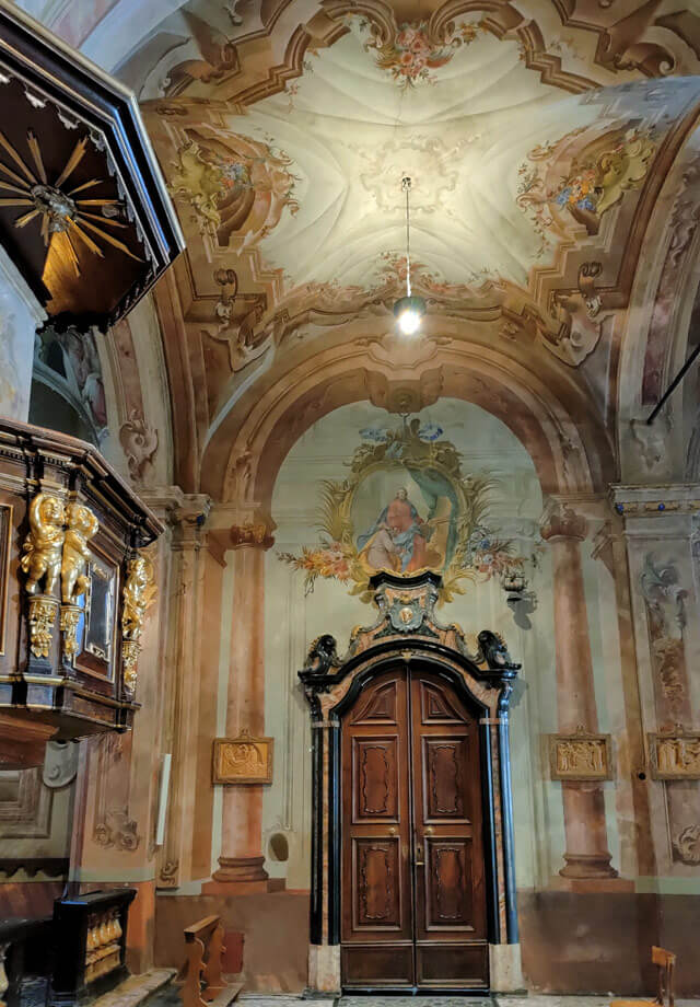 collegiata-di-san-lorenzo-chiavenna-valchiavenna-affreschi-che-simulano-architetture-pulpito