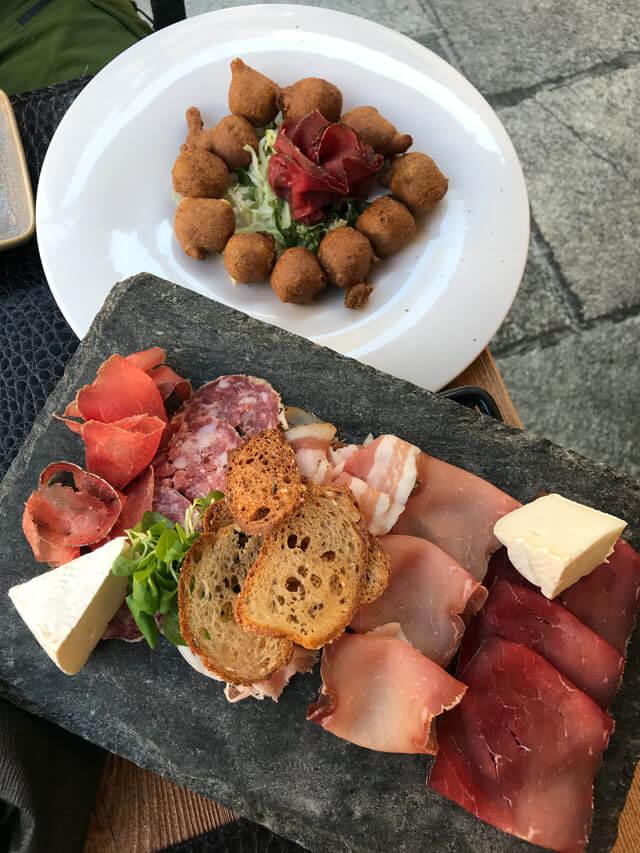 Dove mangiare a Chiavenna? Nei tradizionali crotti dove assaggiare il menù tradizionale come il Crotto Ubiali