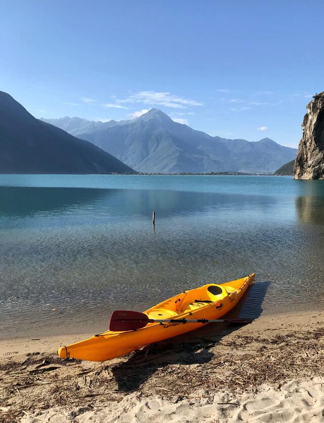 Il kayak sul Lago di Mezzola è una delle cose da fare in Valchiavenna