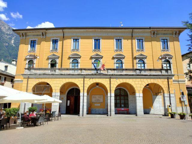 municipio-di-chiavenna-piazza-bertacchi-edificio-neoclassico-nel-centro-storico