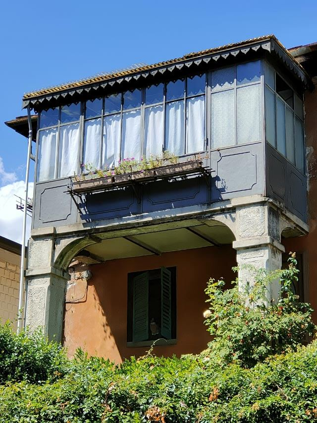In Piazza San Pietro a Chiavenna c'è una finestra dipinta con