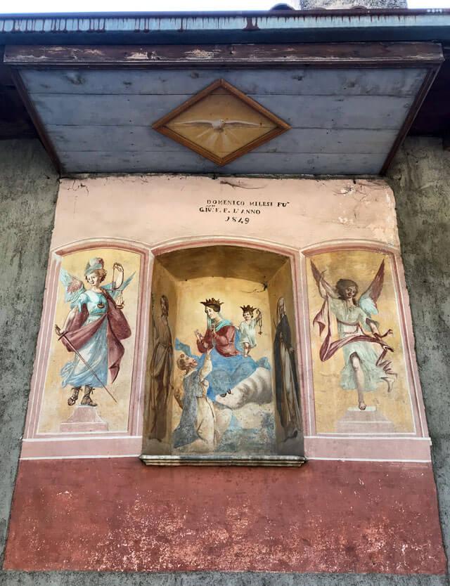 Arias ha una santella con maria e santi sulla casa