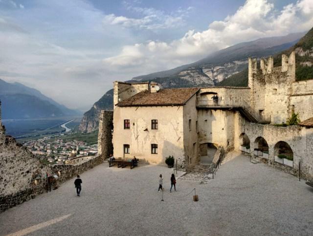 Castel Beseno domina dall'alto la valle dell'Adige in Trentino