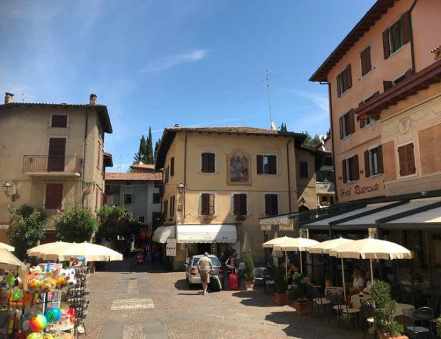 Piazza Cozzaglio è il centro del borgo di Pieve di Tremosine