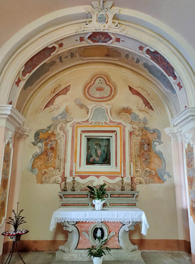 La chiesa di San Marco a Pregasio ha affreschi interessanti