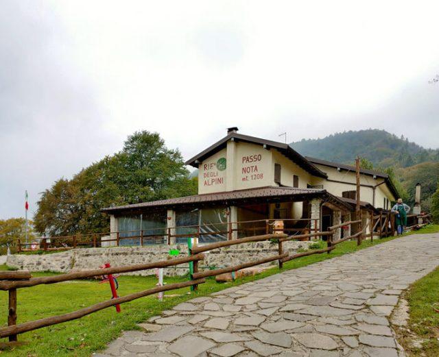 Il Rifugio Alpini di Passo Nota si trova a Tremosine (BS)