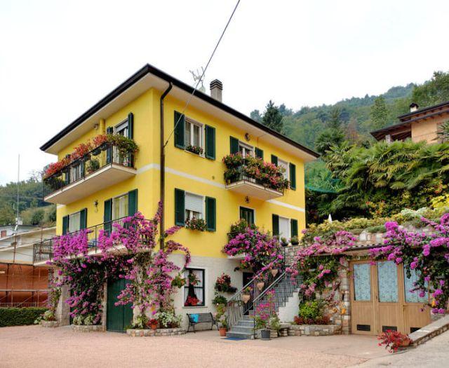 Sermerio a Tremosine ha una stupenda casa gialla piena di fiori!