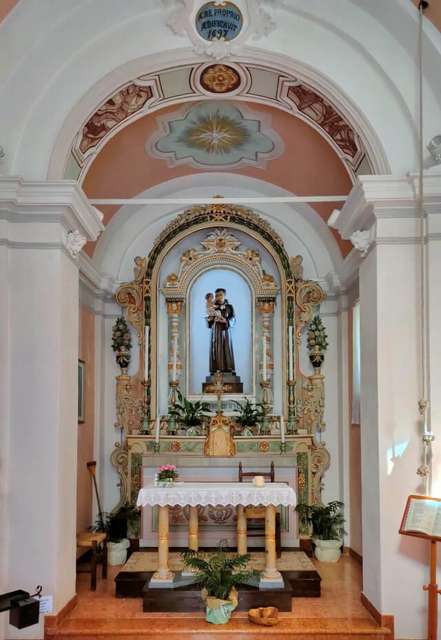 La chiesa di Sant'Antonio di Voiandes (Tremosine) è semplice