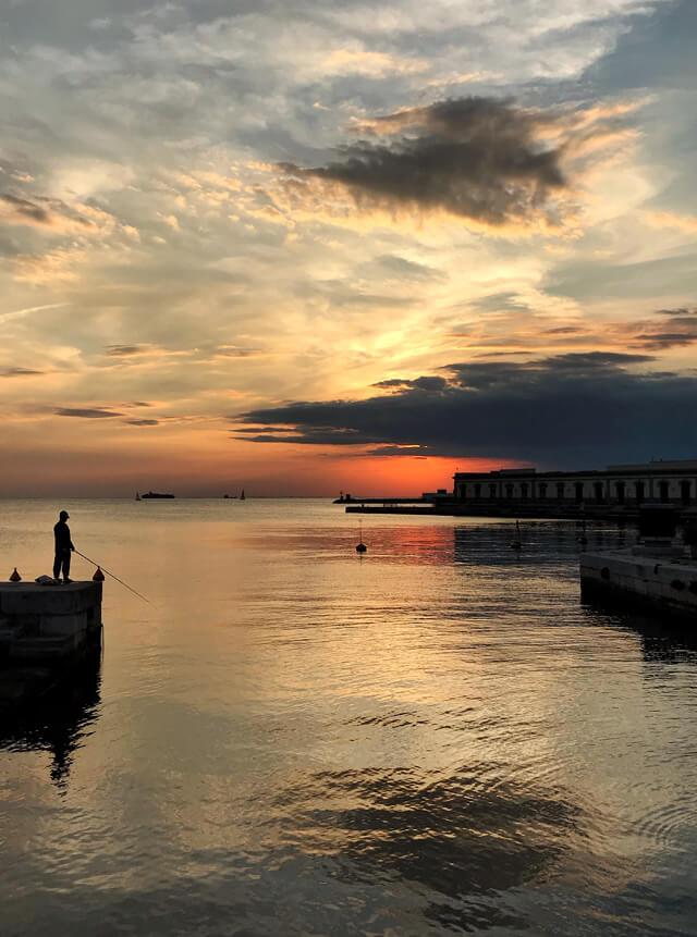 Dove vedere il tramonto a Trieste? Al Molo Audace col sole che cala di fronte