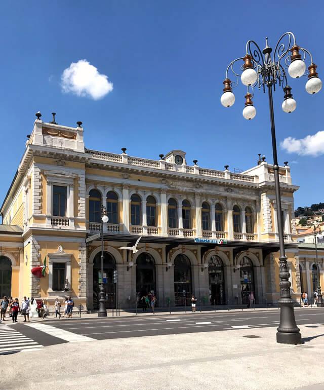 La stazione dei treni di Trieste è in stile eclettico