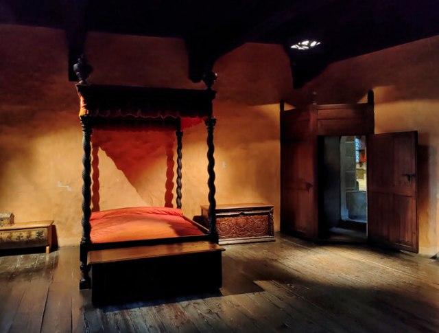La camera da letto del Castello di Fénis ha un antico letto a baldacchino
