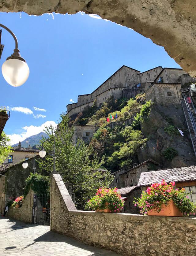 Cosa vedere in Valle d'Aosta? Il Forte di Bard con il borgo antico ai suoi piedi