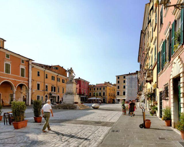 Piazza Alberica è la piazza più importante e bella di Carrara