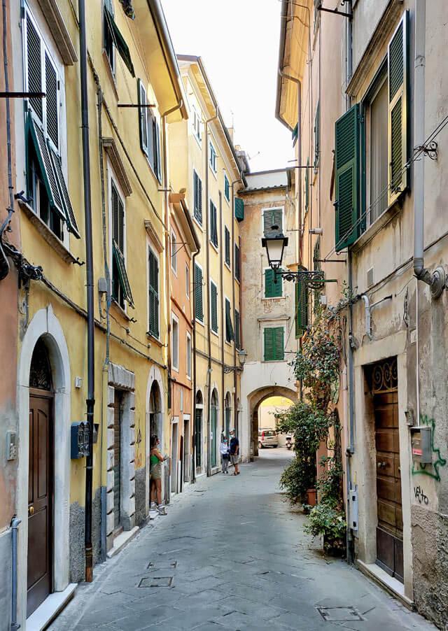 Cosa vedere a Carrara? Il centro storico con le case colorate