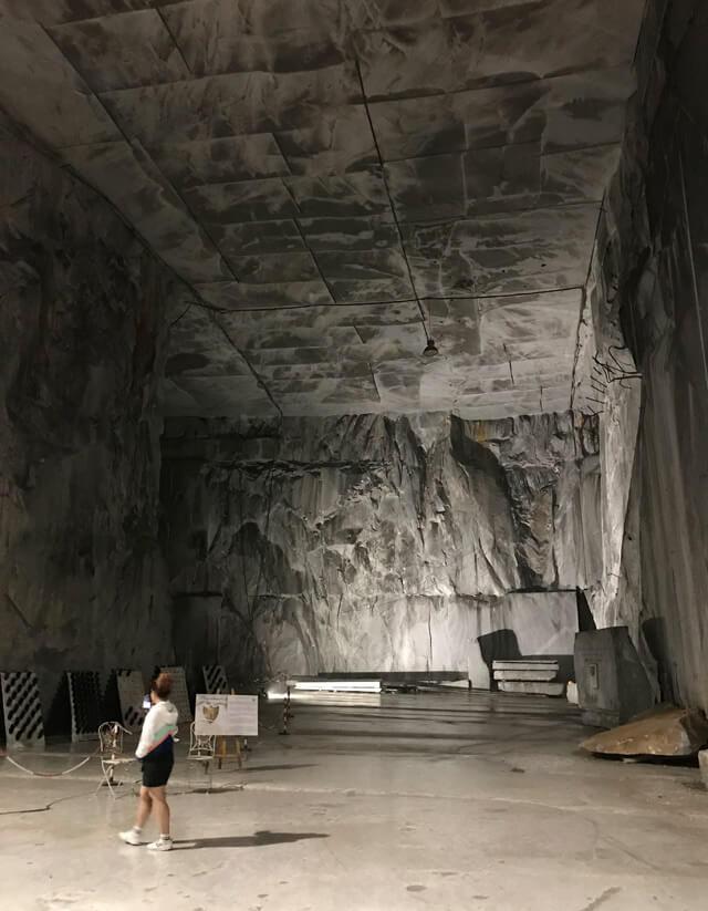 Cosa vedere a Massa-Carrara? La cava Marmotour interna alla montagna