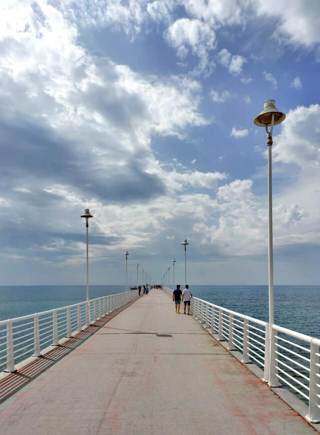 Il pontile di Marina di Massa è un punto chiave della Riviera Apuana