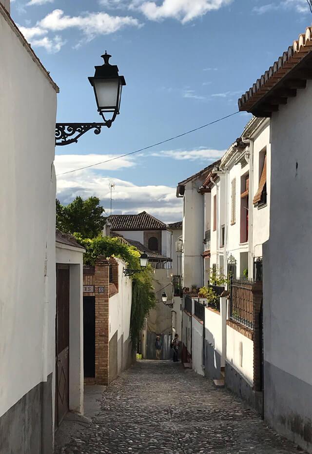 Le case bianche sono tipiche dell'Albaicin di Granada