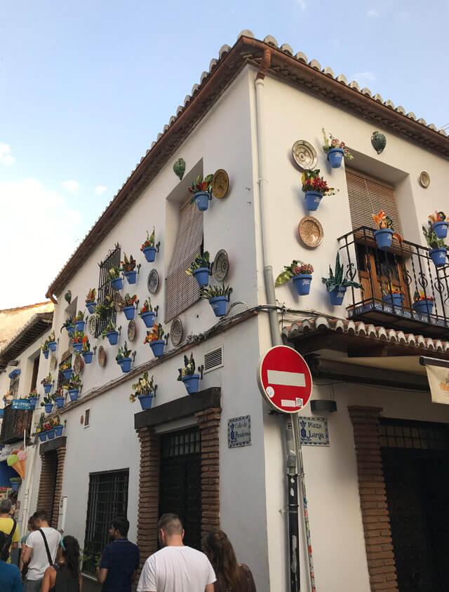 Le case con vasi blu di fiori appesi sono tipiche dell'Andalusia