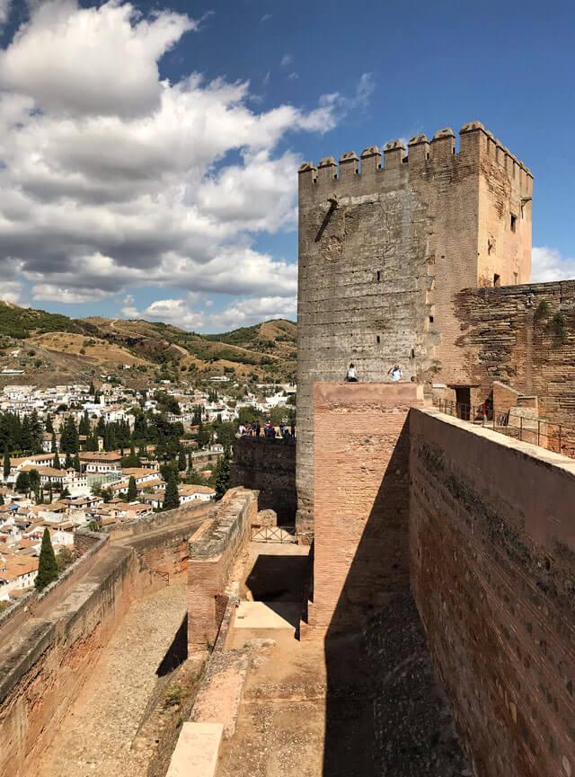 Dalle torri dell'Alcazaba hai una magnifica vista su Granada e l'Alhambra