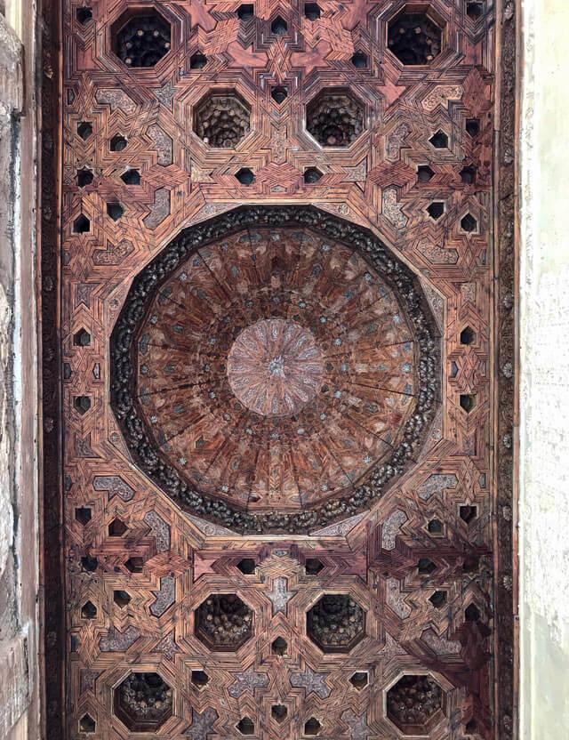 Il soffitto intarsiato in legno del Palazzo del Partal nell'Alhambra