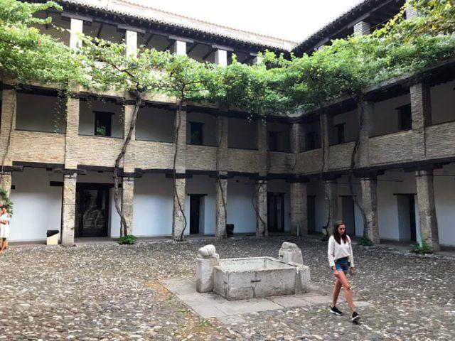 Tra i monumenti di Granada da vedere c'è il Corral del Carbon