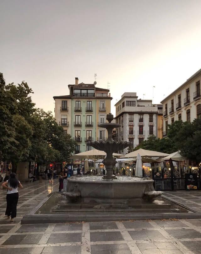 La Plaza Nueva è il posto dove mangiare a Granada