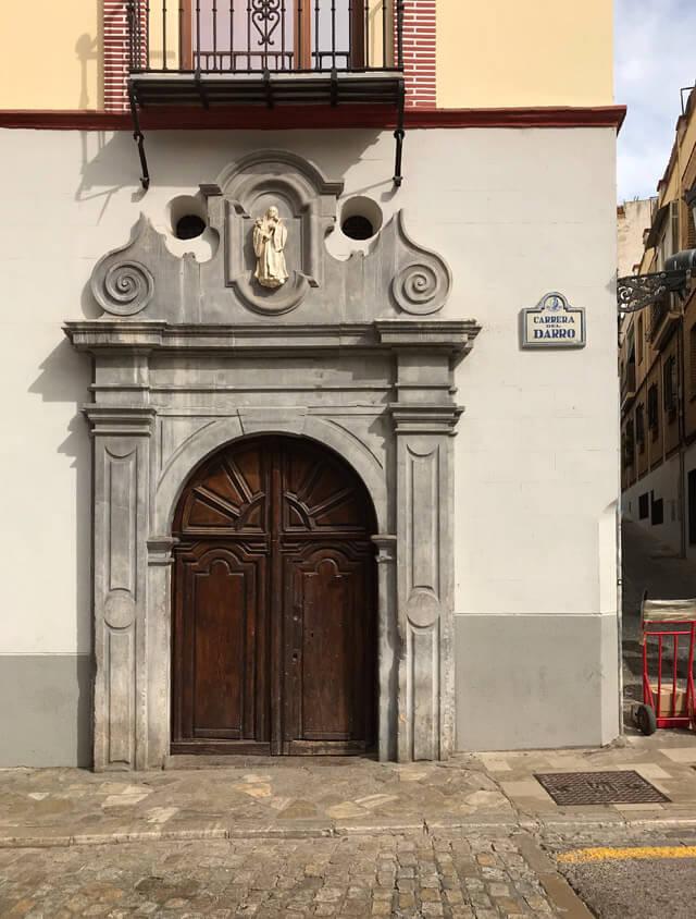 La Carrera del Darro è la via di Granada con eleganti palazzi e portali barocchi o platereschi