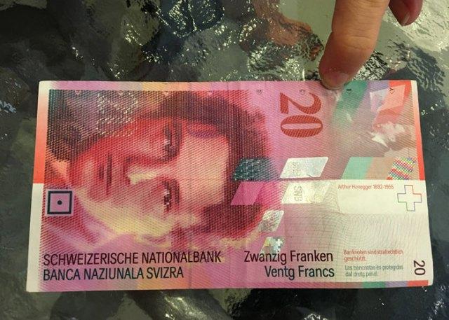 Visitare la Svizzera ti dà la vecchia emozione di cambiare moneta coi franchi svizzeri