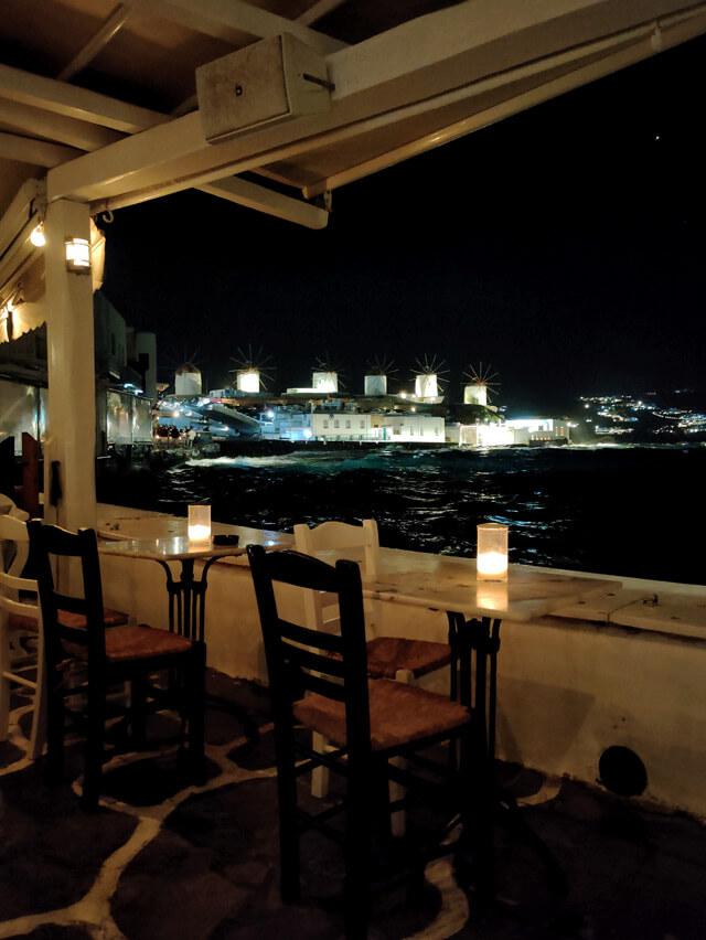 Il Veranda Bar di Mykonos ha una fantastica vista sui mulini
