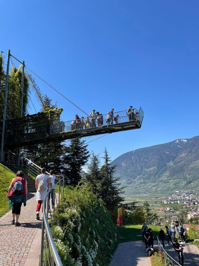 Nei giardini di Sissi a Merano c'è una Voliera con piattaforma sospesa