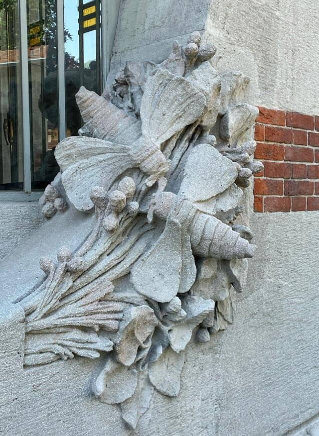 Farfalle del baco da seta sono rappresentate su Villa Bernasconi in stile liberty
